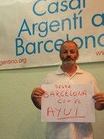 Diego Arcos, apoyando con un folio al diario secesionista Avui, de la misma editorial que el españolista La RazónTraidor subvencionado por la oligarquía caciquil catalana